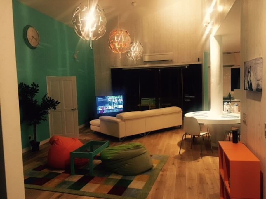 Large living area (pre-pool table)