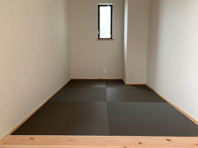 和室2(4畳) お一人様がお布団でお休みいただけるスペースです。リラックスルームとしても。カウンターがあり、パソコン作業なども行っていただけます。