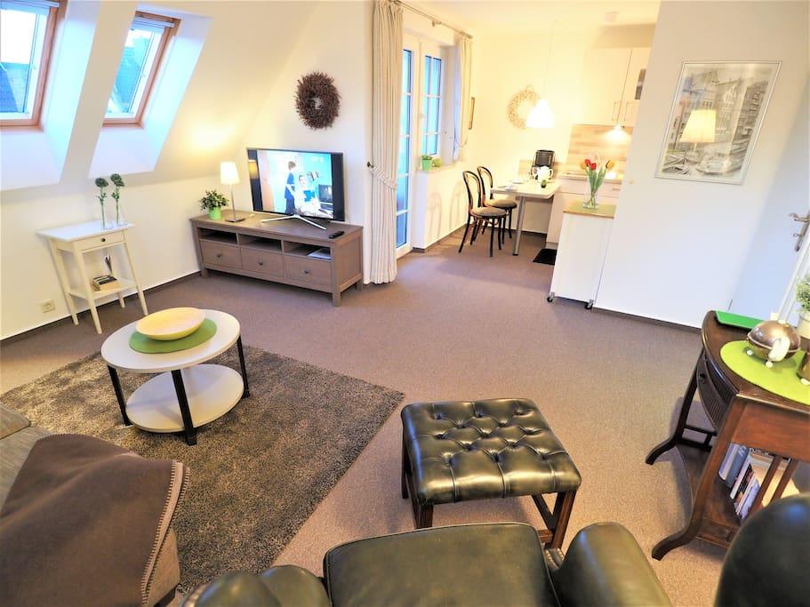 Wohnzimmer / Ausgang Loggia Südwest Lage und offene Küche