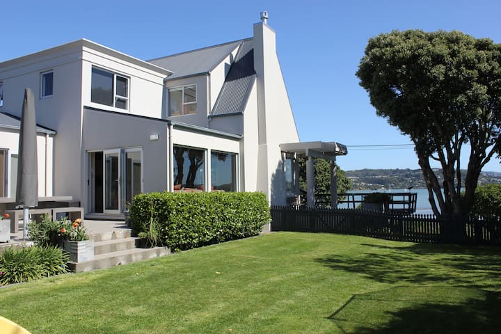 Absolute Waterfront - 30 mins from Wellington CBD