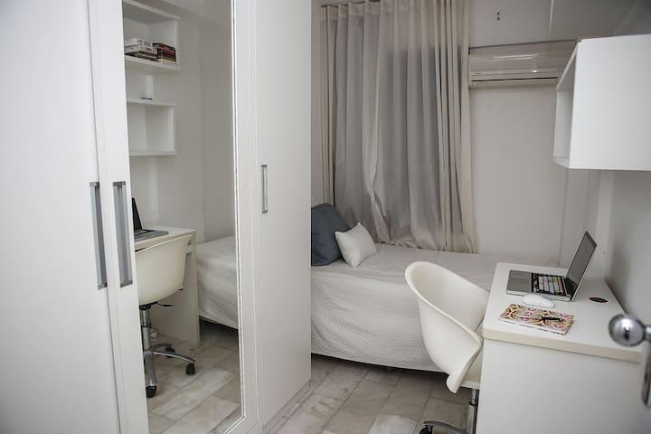 Room 2 - Single Bed + Closet (Obs: A mesa para computador não está mais no quarto!)