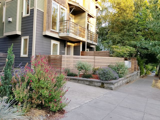 Cozy Townhome in Fremont, 2 Bedrooms