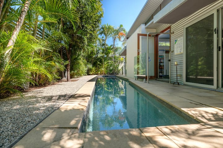 Double Bed Opening Out onto Pool - Toowong - Ev