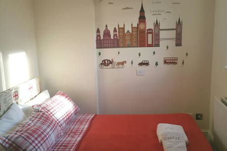 Bright Bedroom in Pretty Loft, Tooting Station
