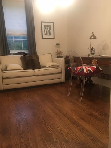 Large Studio Style Room   Mins to Yorkville