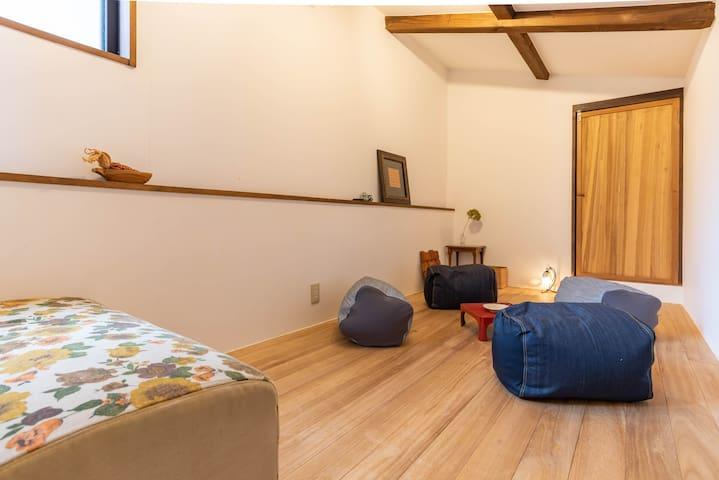 2F : Bedroom4(1 queen futon).
