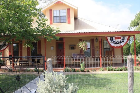 Circle Your Wagons Bed and Breakfast - Llano - 家庭式旅館
