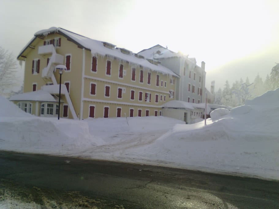 La bâtiment et son accès au parking en pleine saison hivernale.