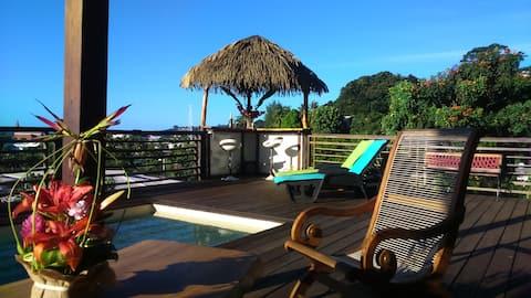 Bungalow Tiki Tahiti & piscine vue 180° océan Arue