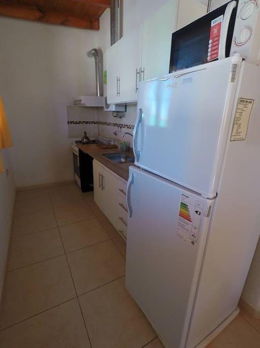 Cocina super equipada, microondas, cocina, heladera, freezer, utensilios, etc.