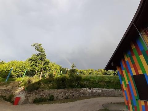 """""""Resy 'n Langa"""" casetta colorata nella natura"""