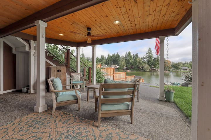 Adorable rental w/ a full kitchen, dock, shared hot tub, & lake access