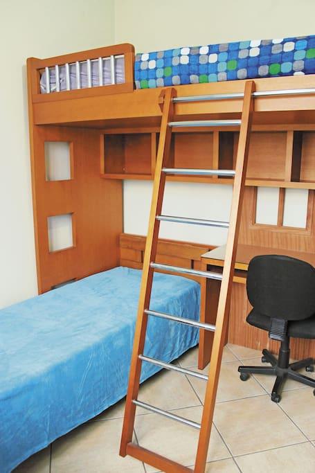 Quarto para 2 pessoas com mesa de trabalho / Bedroom fit 2 people comfortably