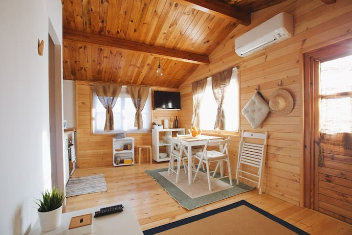 Cosy wooden cabin with pool, bbq & garden