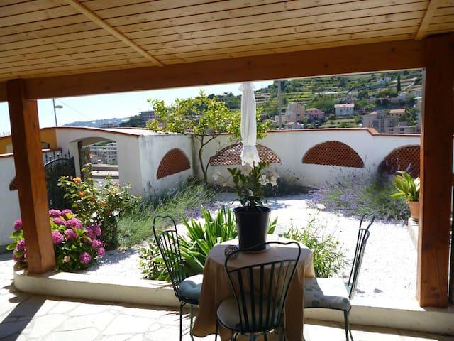 casa indipendente con giardino e patio