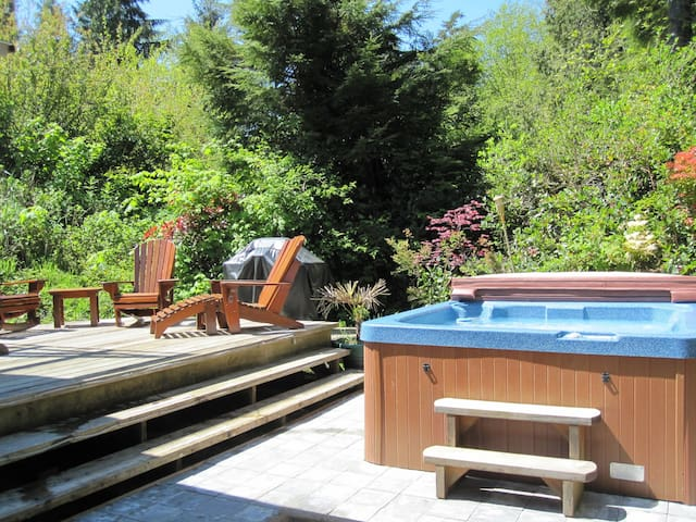 Cedar Shack - Private Hot Tub - steps to the Beach