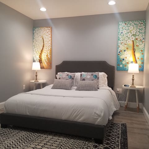 Boston City 2 bed with AC, Parking & Outdoor Space