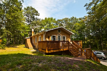 Private 4 BR Forest Retreat--10 Acres--Hot Tub!! - Dingmans Ferry