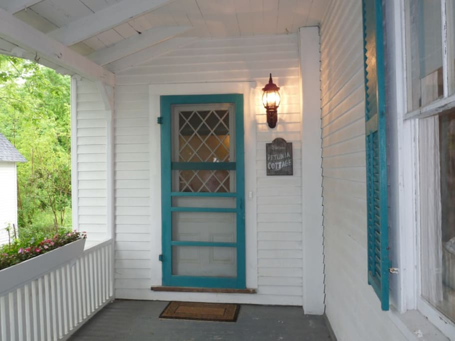 Welcome to Petunia Cottage! Entrance on front porch