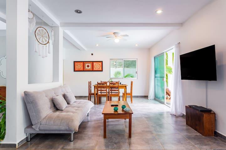 Gran sala con pantalla y sillones cómodos