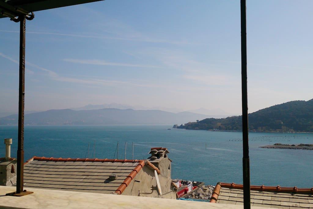 La vista sul golfo e sui tetti di Portovenere dal terrazzo pranzo