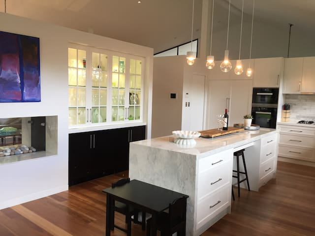 Modern 5 BR home in Longueville - Longueville - Huis