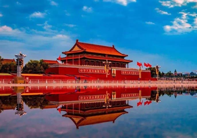 """北京旅游指南 北京位于华北平原北端,东南与北方经济中心天津相连,其余为河北省所环绕。北京有着3000余年的建城史和850余年的建都史,是""""中国四大古都""""之一,其最早见于文献的名称叫做""""蓟""""。北京荟萃了自元明清以来的中华文化,拥有众多名胜古迹和人文景观,是全球拥有世界文化遗产最多的城市。北京的气候属于温带大陆性季风性气候,季节分明:春季略有风沙,气温偏低。夏季炎热,有阵雨。秋季天气晴朗、温和,天高气爽,是旅游的黄金季节;但深秋早晚较凉,中午较热。冬季气候干燥、寒冷,雪较少。来北京观光旅游不能错过具有北京特色的风味小吃和悠久历史的名吃。 北京旅游攻略及北京旅游景点介绍: 1、北京中心区 以天安门广场为主线,游览天安门城楼,参观人民英雄纪念碑、毛泽东纪念堂、人民大会堂、历史博物馆、故宫、中山公园、景山公园、北海公园。天安门广场:是世界上最大的城市广场,面积44万平方米,南北长880米,东西宽500米。天安门:天安门是皇城正门,原名承天门,建于明永乐十五年,后期重建,改名为天安门。中山公园:也称社稷坛,位于天安门西侧,是明清皇帝祭祀土地神和五谷神的地方。中山公园是遗留下来的明代完整建筑物。故宫:原名紫禁城,是24位皇帝的皇宫,是中国保存最大最完整的帝王宫殿群,是国内最大的博物院,是我国现存最大最完整的古建筑群。 2、城西区 从景山公园往西便进入城西区,在这里有北海公园、团城、白云观、大观园、五塔寺等景点。北海公园:北海公园是有八百多年历史的皇家宫苑,因为未受战火的破坏,很多历史遗物仍然可见到。阅古楼保存有三希堂发贴,濠濮涧是慈禧听评书的地方。团城:是位于北海南门外的小型园林,城内有承光殿,供有西藏进贡的玉佛。白云观:有""""全真第一丛林""""之称,是道家的圣地,供奉着玉帝、全真道祖王重阳七大弟子及长春真人丘处机,是了解中国道教的好地方。大观园:原来是皇家茶园,后在八十年代中后期根据曹雪芹的《红楼梦》中大观园的描述而建。 3、城东区 此区拥有雍和宫、孔庙、国子监、天坛等景点。雍和宫:原为雍正皇帝的府邸,是北京最大、保存最完好的喇嘛寺。寺内汉藏建筑相统一,文化艺术气息丰富、浓厚。孔庙:是元、明、清三代皇帝祭祀孔子的地方,并且这三代5万名进士的姓名、次第和籍贯都刻在大成门两侧的进士提名碑上。天坛公园:是圜丘、祈丘两坛的总称,是明清两代皇帝祭天祈谷的地方,是我国和世界上现存最大的古代祭祀性建筑群;内有三音石和回音壁,还有八九百年树龄的九龙柏。 4、近郊西区 来到北京不能不去颐和园,与颐和园相邻的还有香山公园、圆明园遗址,更有时间的话可以去卧佛寺、八大处公园以及北京大学和清华大学看看。颐和园:原名清漪园,是乾隆皇帝建造的皇家园林,于1860年遭英法联军火烧,后有慈禧挪用巨额军费历经10年重新建造,更名为颐和园,占地290.8公顷,内有3000多间殿堂楼阁、亭台水榭,是我国园林之首。香山公园:颐和园的西边是香山公园,是金代的皇家猎园,后期间扩建,更名为""""静宜园""""。卧佛寺:寺内有五座重殿和西山院。圆明园遗址:原是清朝的皇家御园,集中华园林建筑之精华,有""""万园之园""""之美誉。 5、远郊西南区 卢沟桥:是北京现存最古老的石造联拱桥。 潭柘寺:北京地区最早的佛寺。在大雄宝殿后有颗千年银杏树。观音殿是妙严公主出家之所殿内有""""公主拜砖""""。 戒台寺:以戒台和松闻名,是我国现存戒台中最大的一座,它与杭州的昭庆寺、泉州的开元寺并称中国三大戒台。寺中有五颗奇松:塔松、九龙松、卧龙松、自在松和活动松。"""