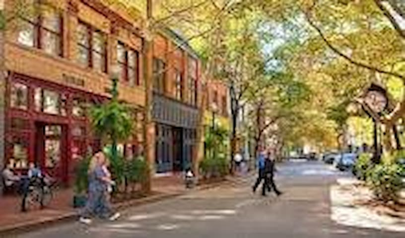 Just a little more info about where to go while you're in Charleston!
