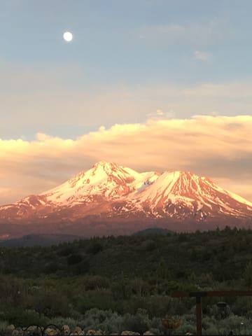 Mt Shasta Views and High Desert Retreat &  Sanctuary