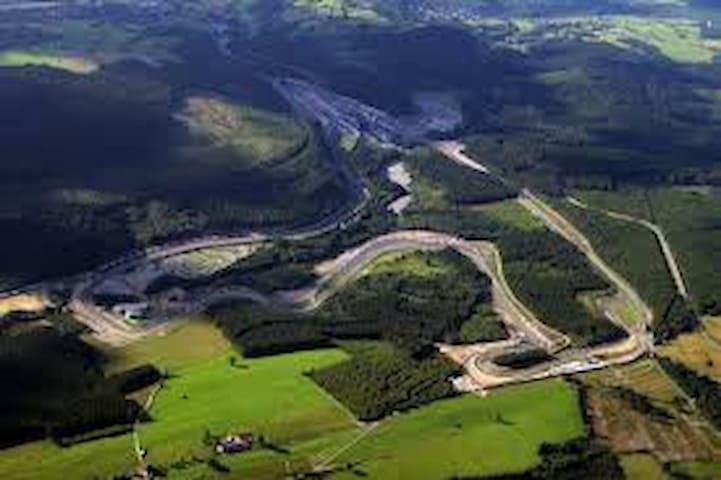 Francorchamps, sa région et son circuit