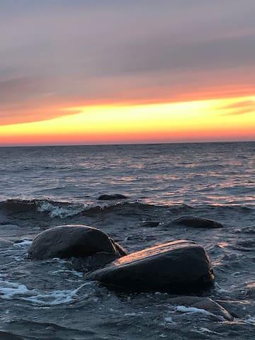 Saulrieti jūras krastā
