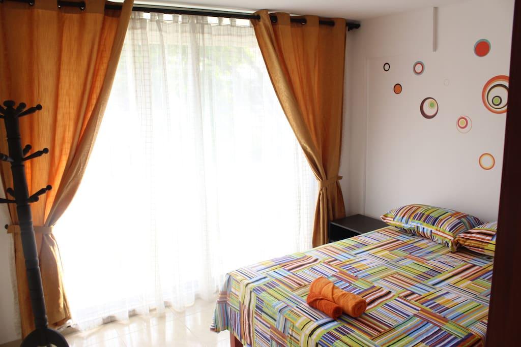 Habitación con baño privado y aire acondicionado.