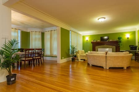 Private Rm 4 in Quiet & Safe upscale Hyde Park - Чикаго