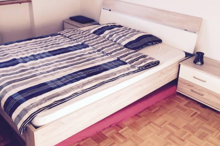 Ein Schlafzimmer an der schönen Birs mit Balkon