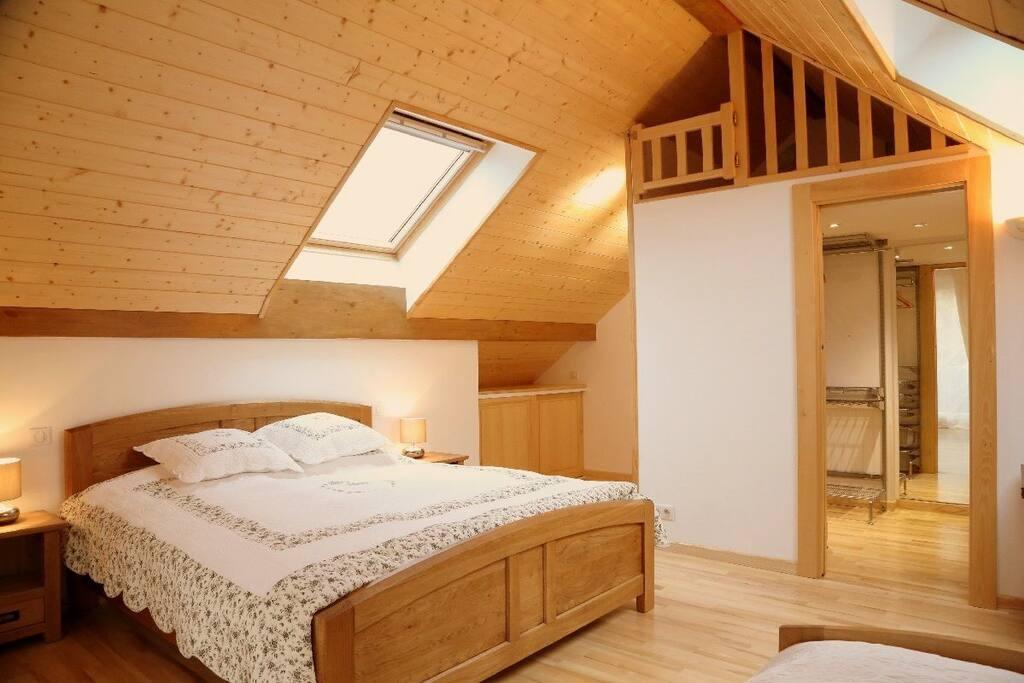 Chambre 2 (lit double + lit simple + dressing)