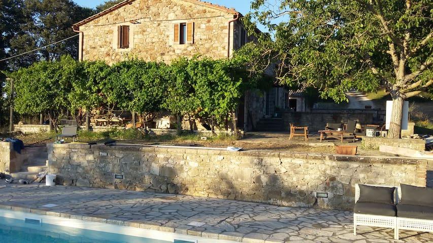 Casale met zoutwater zwembad in Umbrie (5 bij 13m) - Acqualoreto - กระท่อมบนภูเขา