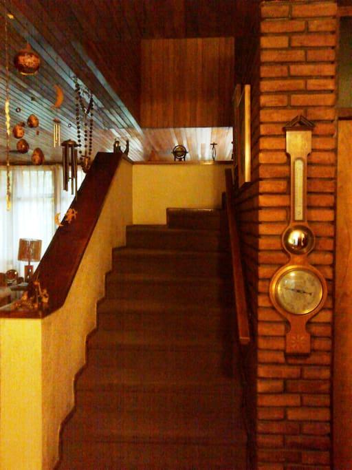 escalera a la habitación (staircase to the first floor room)