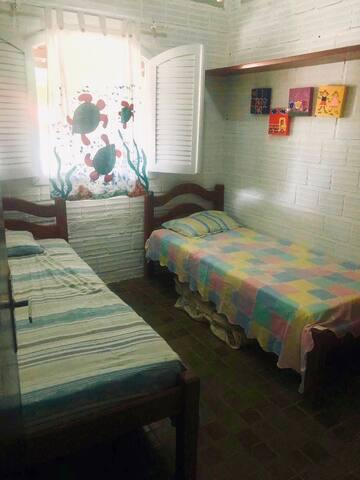 Quarto 1- duas camas solteiro, colchão Extra, prateleira, guarda roupa e ventilador de teto