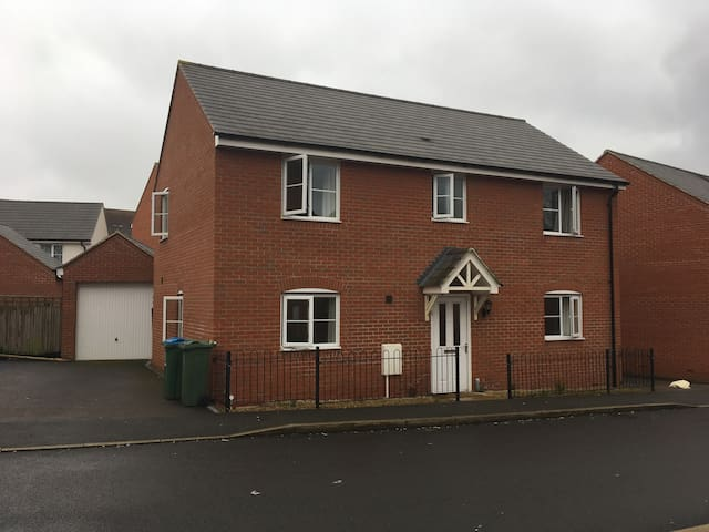 4 Bedroom Detached House with drive way