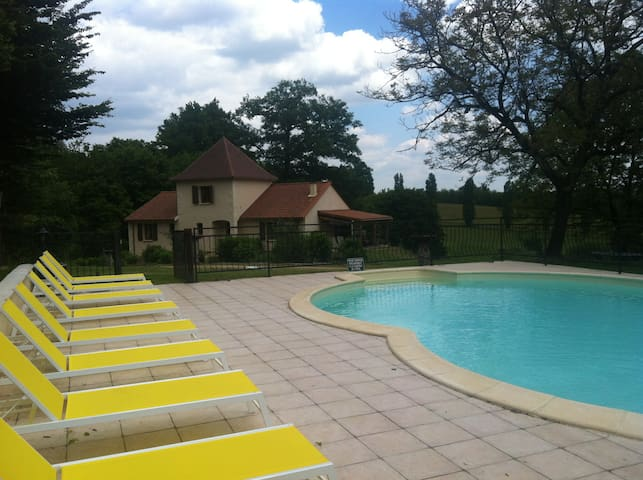 10 ligbedden voor de gasten bij het heerlijke warme zwembad