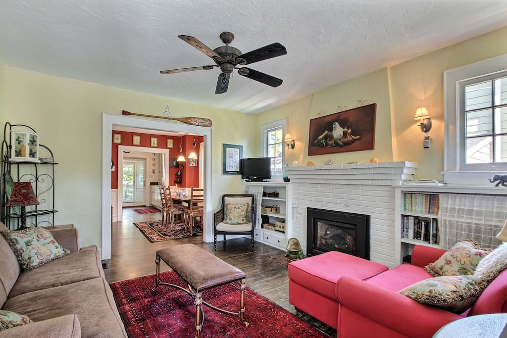 Living room features a gas fireplace, cable TV, Bose stereo, WIFI, plenty of games, and books