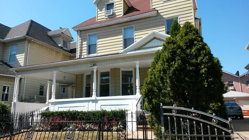 Large Victorian in Brooklyn - Downstairs 1 Bed