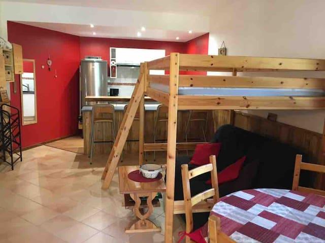 Le coin repos, 2 couchages en 1,4/2,0, mais sur 2 étages, mezzanine et banquette BZ en dessous