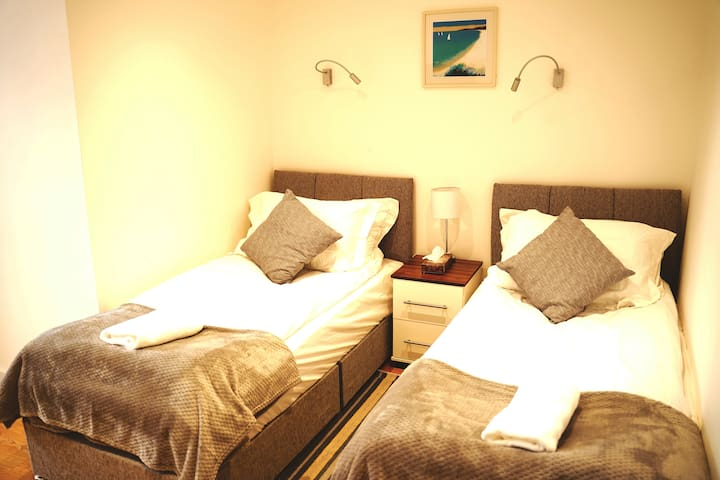 Walk Everywhere ,5* Deluxe Twin bed with en-suite
