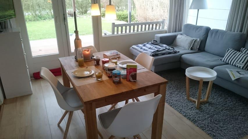 Bungalow mit großer Terrasse und großem Garten - Brouwershaven - Apartment