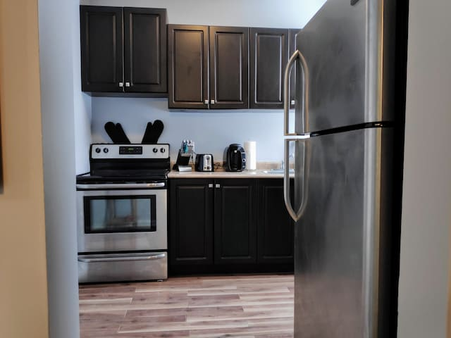 NORRIS. 1br downtown apartment incl parking.