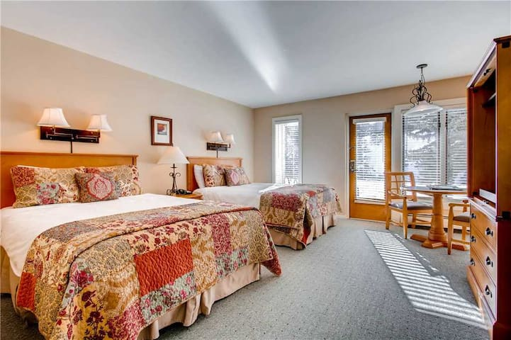 Ski-in/ski-out lodge room in the heart of Lionshead Village w/ shared pool& hot tubs