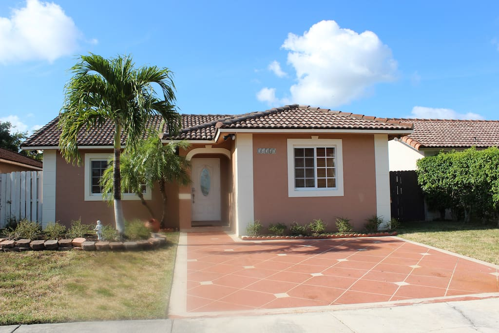 Beautiful house in west kendall houses for rent in miami for Big houses in miami