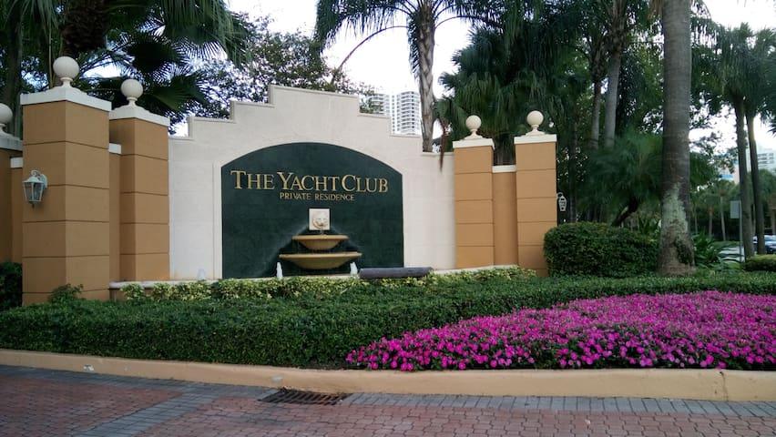 Yacht Club en Aventura. Muy cerca de Aventura Mall