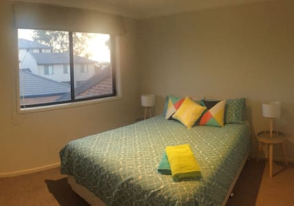 Modern room, private bathroom, B&B - Gungahlin - House